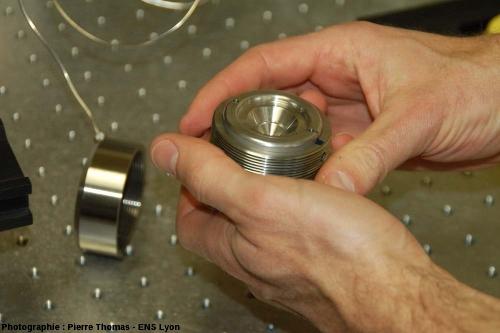 Une cellule à enclumes de diamant en cours de démontage