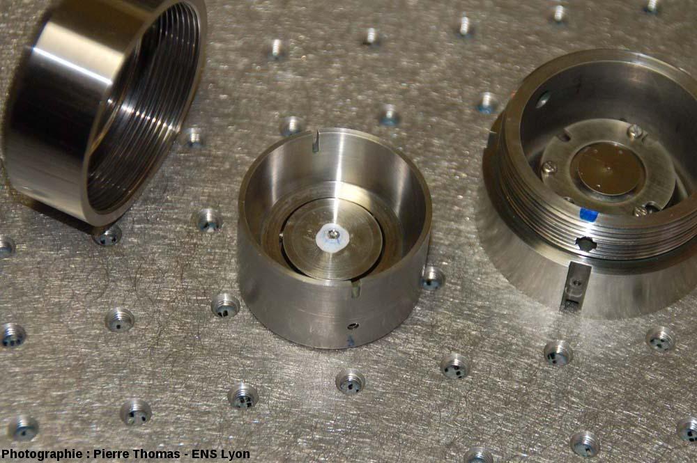 Les 3 éléments d'une cellule à enclumes de diamant complète, démontée