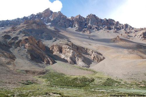 Un petit segment de la rive droite de la vallée de Sarchu, Himalaya, Ladakh (Inde)