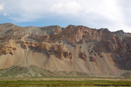 Pli déversé vers le Sud-Ouest, en rive gauche de la vallée de Sarchu, Himalaya, Ladakh (Inde)