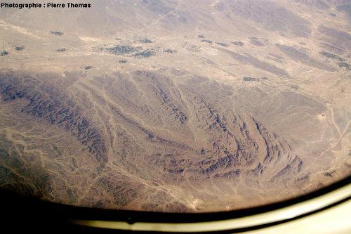 Vue aérienne oblique sur un synclinal, quelque part à l'Ouest de la frontière irano-pakistanaise, chaîne du Makran, Iran du Sud-Est