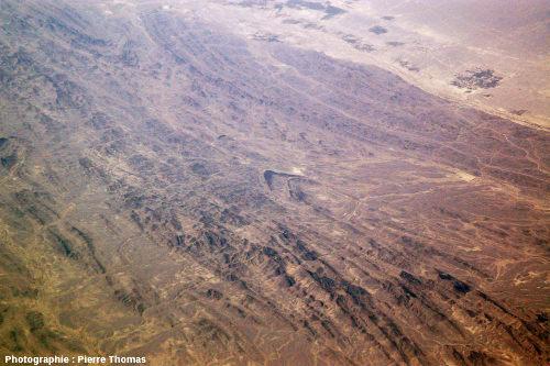 Vue aérienne oblique sur un anticlinal, quelque part à l'Ouest de la frontière irano-pakistanaise, chaîne du Makran, Iran du Sud-Est