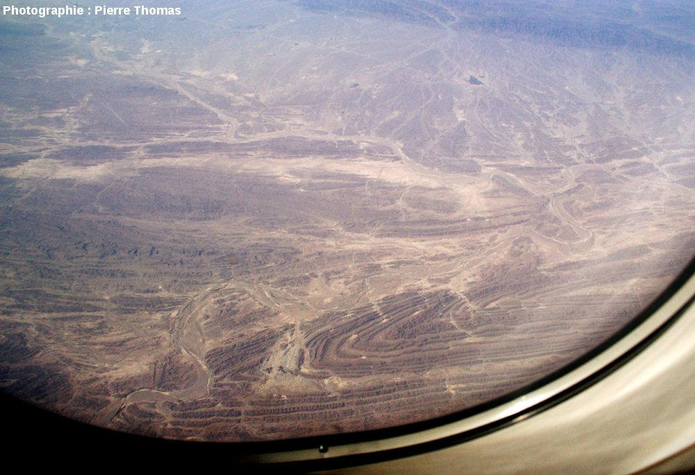 Vue aérienne oblique sur un pli, quelque part à l'Ouest de la frontière irano-pakistanaise, chaîne du Makran, Iran du Sud-Est