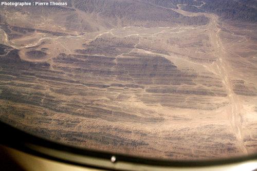 Zoom (150mm) sur des décrochements conjugués affectant des couches quasiment verticales, quelque part dans le Makran central, près de la frontière irano-pakistanaise