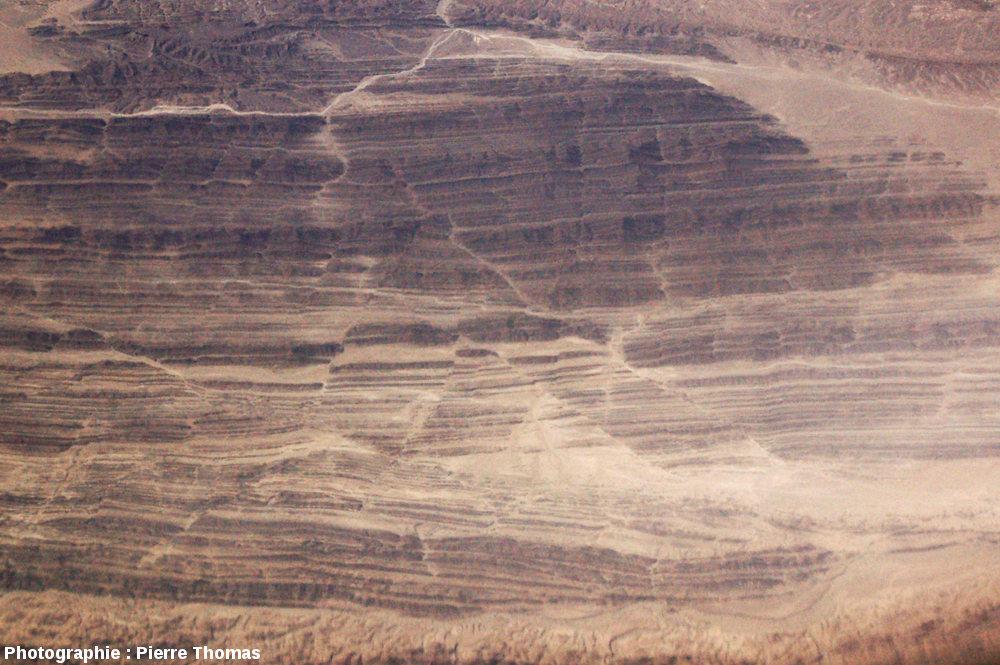 Zoom (200mm) sur des décrochements conjugués affectant des couches quasiment verticales, quelque part dans le Makran central, près de la frontière irano-pakistanaise