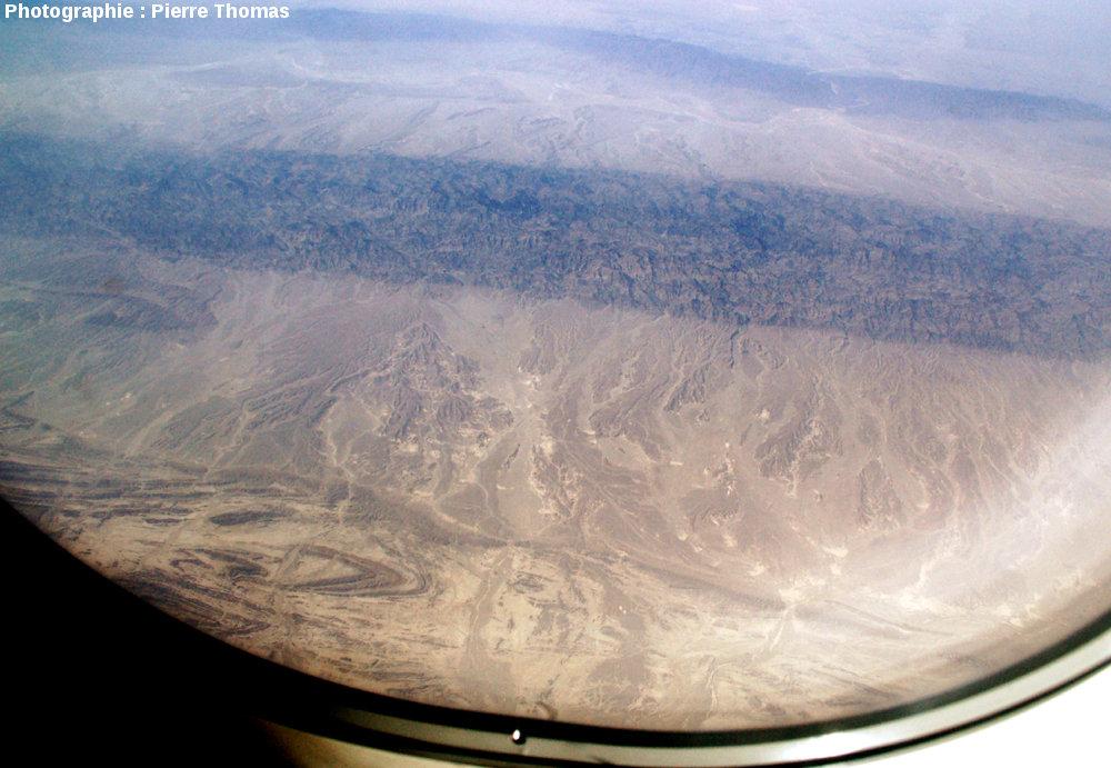 Vue aérienne oblique sur un synclinal, quelque part à l'Est de la chaîne du Makran, Pakistan du Sud-Ouest.