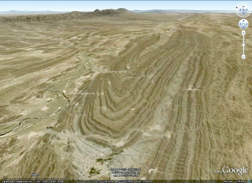Image Google Earth du pli des figures 1 et 6, mais vu dans une direction parallèle à son axe, chaîne du Makran