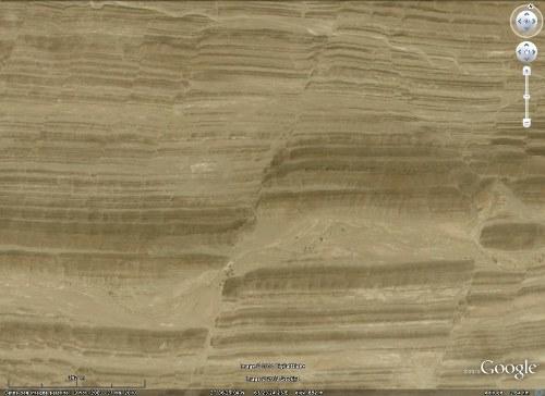Gros plan Google Earth sur l'un des décrochements sénestres dela figure précédente, avec de spectaculaires crochons, chaîne du Makran