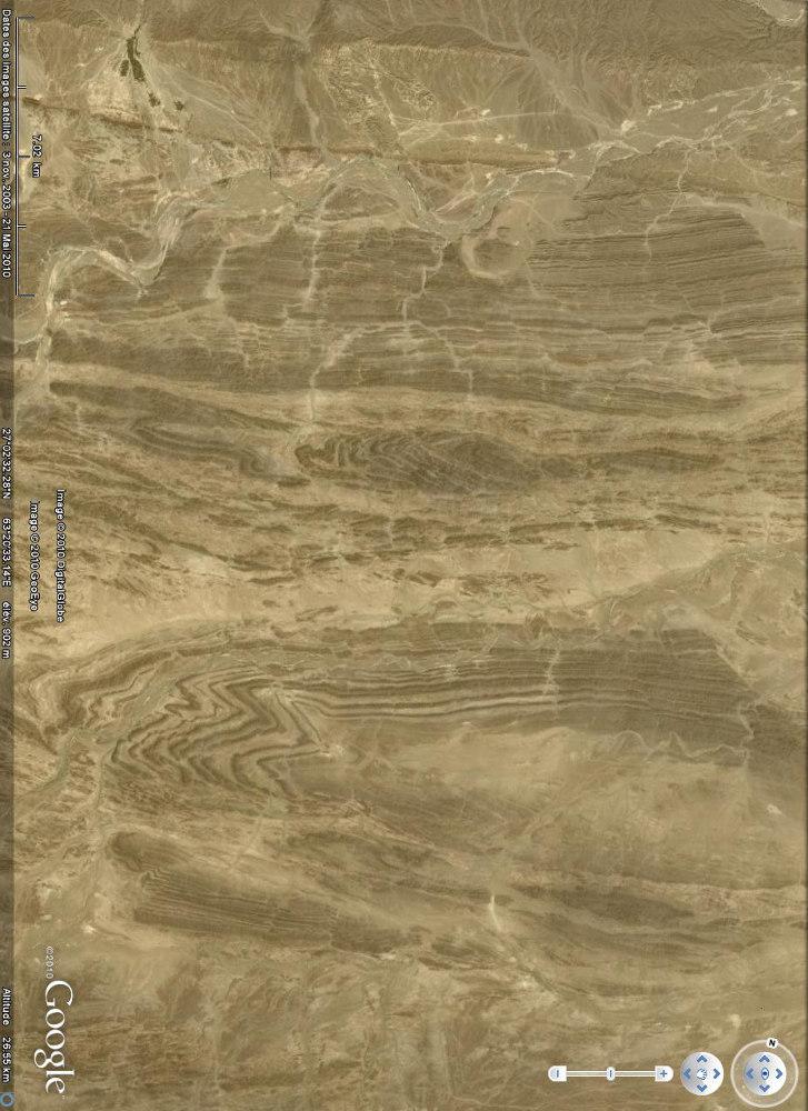 Image Google Earth «verticale» montrant plis (moitié inférieure de l'image) et décrochements (moitié supérieure de l'image), chaîne du Makran