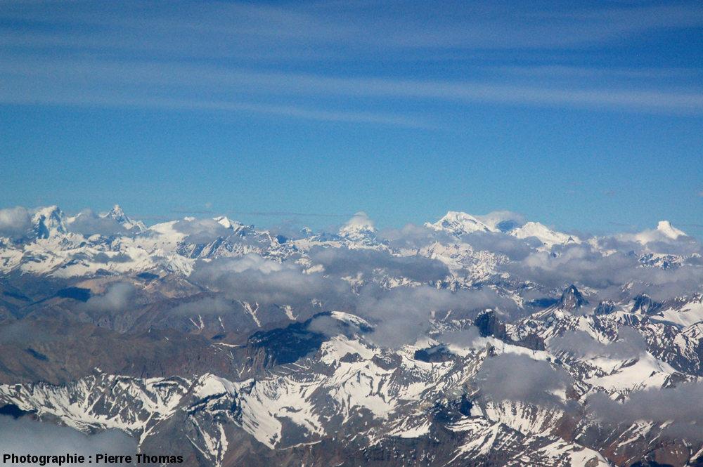 Hauts sommets himalayens barrant l'horizon, à environ 70km au Sud de Leh (Inde)