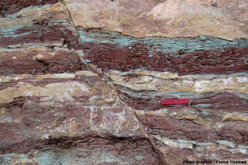 Vue rapprochée sur les crochons de faille situés au centre de la faille Sud de l'anticlinal du Pont de Saint Men, bord de la route D 922, Le Pradal, Hérault