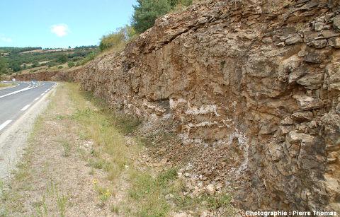 Vue oblique globale de l'affleurement à barytine stratoïde, bord de l'ancienne Nationale 9 (maintenant D 809), région de Millau, Aveyron