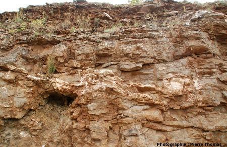 Vue d'ensemble sur un niveau de barytine à allure «bréchique», bord de l'ancienne Nationale 9 (maintenant D 809), région de Millau, Aveyron