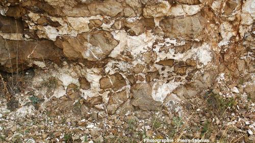 Autre exemple de circulation des fluides barytés dans une zone fracturée (fracturation hydraulique probable), bord de l'ancienne Nationale 9 (maintenant D 809), région de Millau, Aveyron