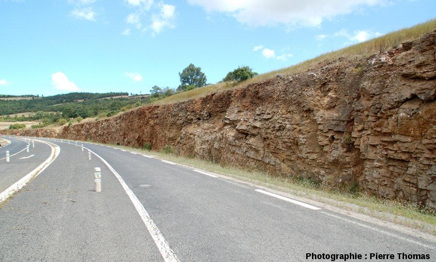 Vue globale prise au niveau de l'affleurement en direction du Nord, montrant bien la stratification sub-horizontale du calcaire dolomitique hettangien