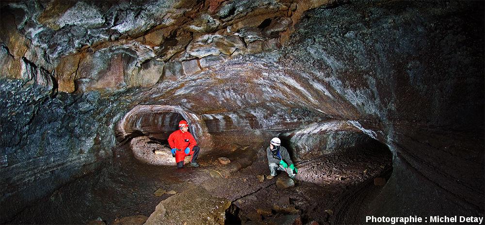 """Tunnel de lave de Flóki (littéralement le """"tunnel emmêlé"""" dû à sa topographie complexe) dans le champ de lave de Tvibollahraun daté de l'an 874"""