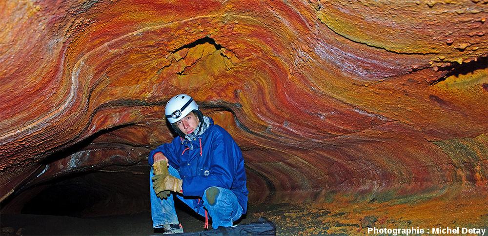 Parois colorées du tunnel de lave de Jörundur (Islande)