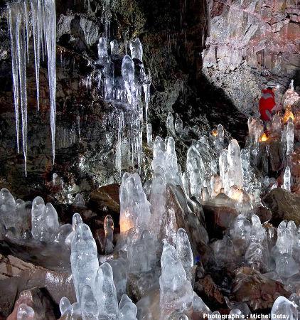 Stalagmites et stalactites de glace dans le tunnel de lave de Raufarhólshellir, Islande