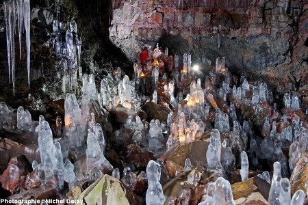 Vue d'ensemble d'une salle dans le tunnel de lave de Raufarhólshellir, Islande, avec stalactites et stalagmites de glace