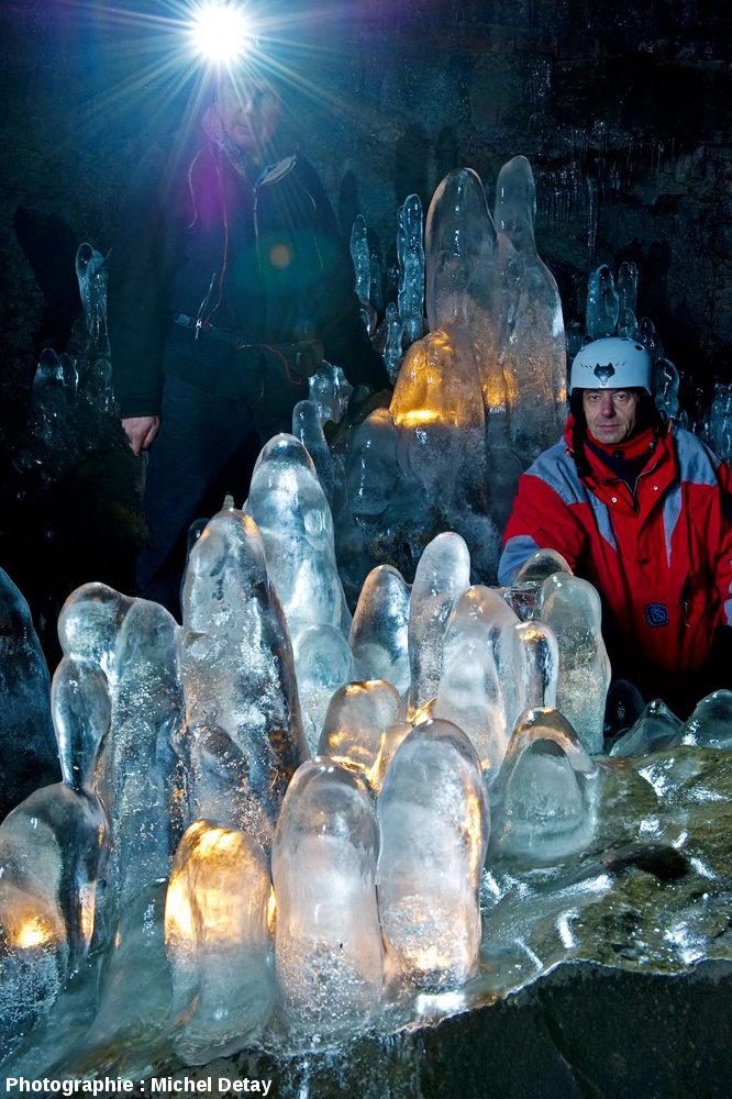 Gros plan sur des stalagmites de glace dans le tunnel de lave de Raufarhólshellir, Islande