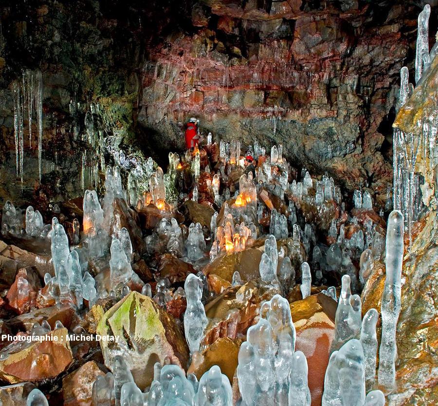 Vue d'ensemble d'une salle du tunnel de lave de Raufarhólshellir, Islande