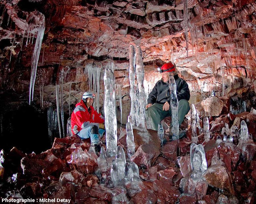 Éric Favory et Michel Detay dans le tunnel de lave d'Arnaker, Islande