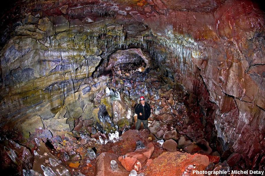 Michel Detay dans le tunnel de lave d'Arnaker, Islande