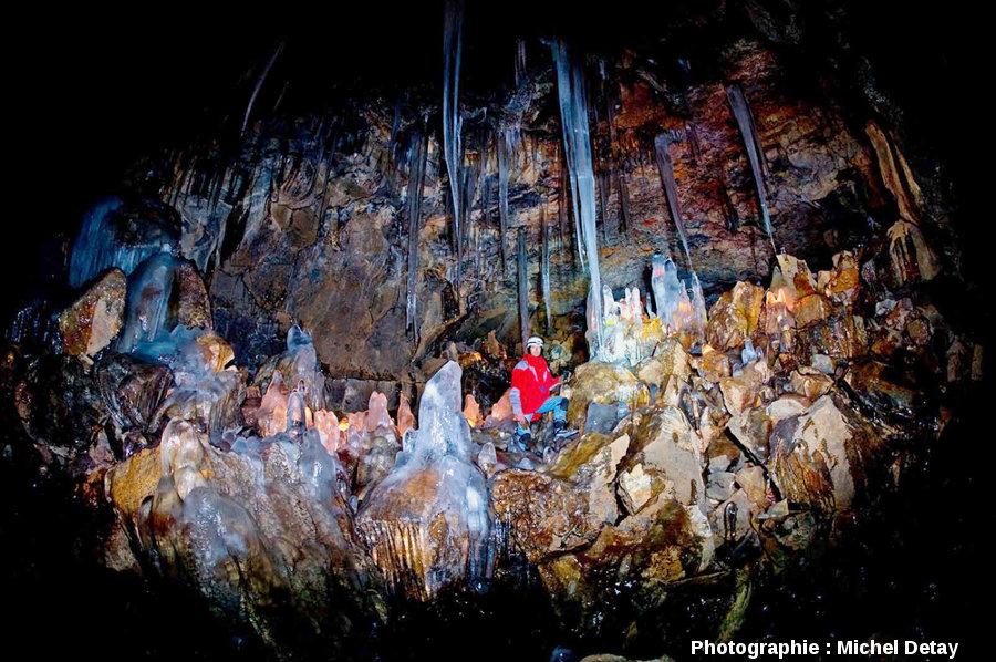 Éric Favory dans le tunnel de lave de Buri, Islande