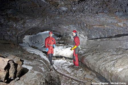 Éric et Paul Gilli près d'une entrée du tunnel de Floki, Islande
