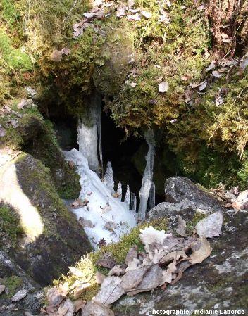 Stalactites et stalagmites de glace dans un «trou à glace», cheire du Puy de Côme, Puy de Dôme