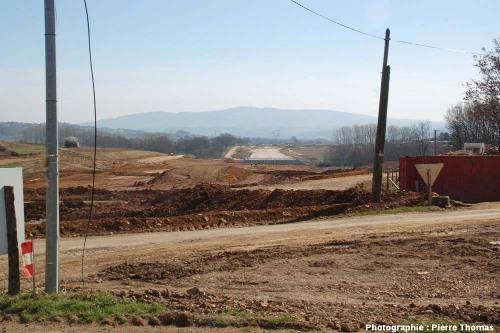 Vue (prise du sol) du chantier de la future autoroute A89, vue prise en direction de l'Est