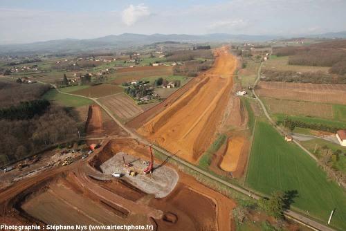 Vue (prise d'un ballon) du chantier de la future autoroute A89, vue prise en direction de l'Ouest