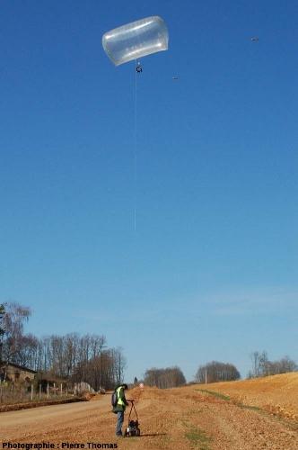 Le ballon à hélium de la société Air Tech Photo au bout de son filin, à une quinzaine de mètres de hauteur
