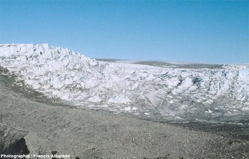 image aérienne détaillée d'un secteur de la périphérie de la calotte glaciaire groenlandaise, avec sa moraine frontale et le glacier légèrement en arrière à cause du retrait actuel des glaciers groenlandais