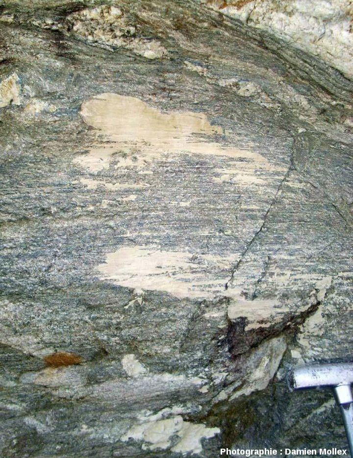 Roche striée recouverte de placages clairs de farine glaciaire, près du front du glacier des Quirlies, Massif des Grandes Rousses (Isère)