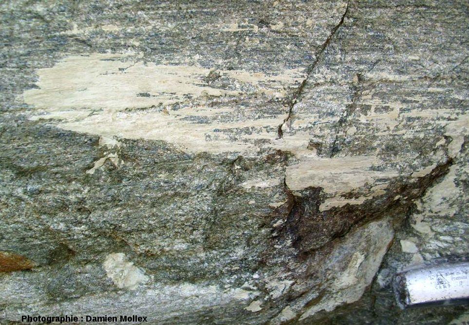 Placage de farine glaciaire collé sur une roche striée, et lui-même strié, front du glacier des Quirlies, Massif des Grandes Rousses, Isère