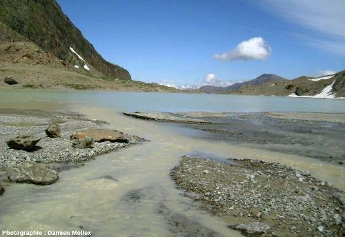 Embouchure du torrent sous-glaciaire du glacier des Quirlies dans le lac du même nom, Massif des Grandes Rousses