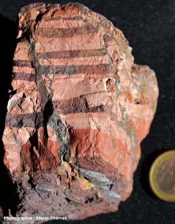 Autre face de l'échantillon de fers rubanés de la figure 1 montrant (1) une fissure/faille élargie et remplie d'hématite, et (2) des micro-fractures sinueuses et ramifiées également remplies d'hématite