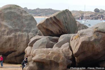 Érosion en rigoles de rochers granitiques, Trégastel, Côtes dArmor