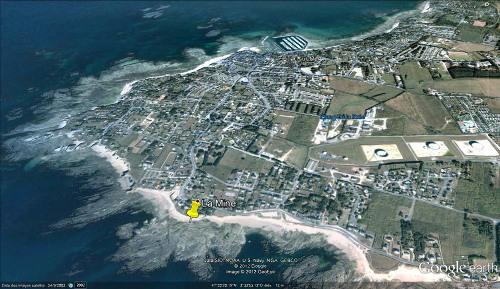 Vue Google Earth localisant le rocher à filon pegmatitique à structure harrisite sur la plage de la Mine