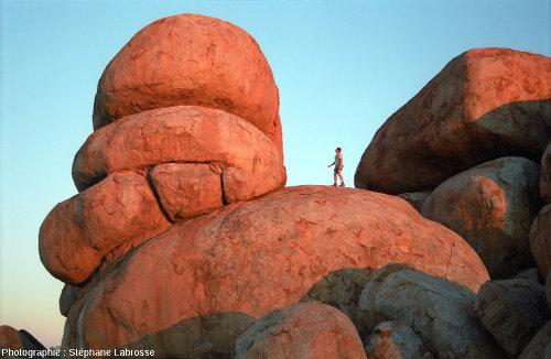 """Sommet d'un chaos granitique situé dans la """"Devils Marbles Conservation Reserve"""" en Australie"""