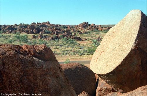 """Un autre chaos granitique du même secteur, """"Devils Marbles Conservation Reserve"""" en Australie"""