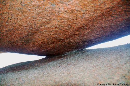 """Zone de contact entre les deux rochers supérieurs de la """"palette du peintre"""", chaos granitique rose de l'île Renote (Trégastel)"""