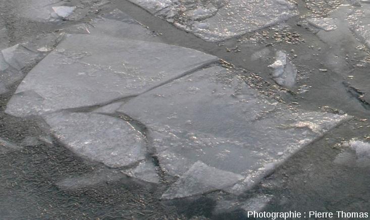 Zoom sur des plaques de glace mimant un point triple avec la jonction de 3 rifts
