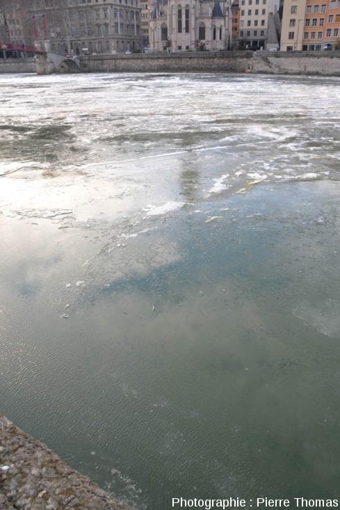 Une surface d'eau libre et immobile en cours de cristallisation, sur la Saône