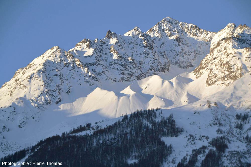 Pic de Prés les Fonts (3358 m, à droite) et la crête du Lauzas (à gauche)