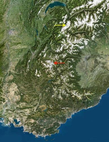Localisation de l'ex glacier des Prés les Fonts (flèche rouge) et des glaciers des Nantillons et de Blatière, en fort recul (flèche jaune)