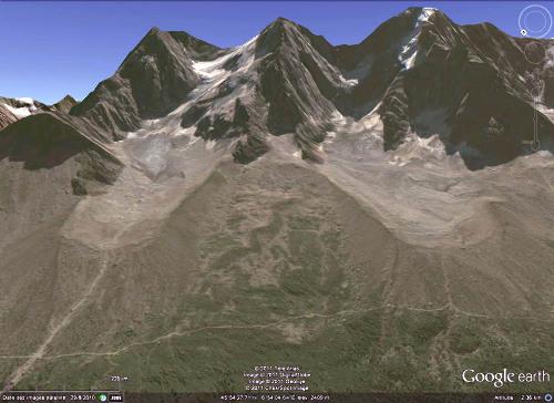 Été 2010 : glacier des Nantillons (à gauche) et glacier de Blaitière (à droite) au pied des Aiguilles de Chamonix (Haute Savoie)