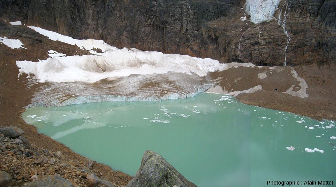 Vue générale du glacier de la face Nord du Mont Edith Cavell et du lac du même nom, Parc National de Jasper, Canada