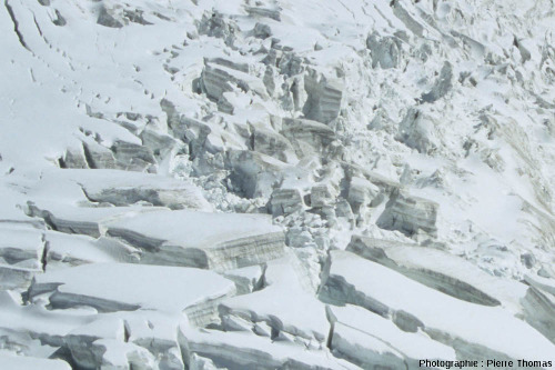Zoom sur quelques crevasses dans la partie amont du glacier du Géant, Chamonix, Haute Savoie